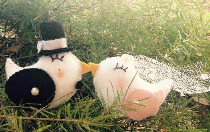 Lindo casal de noivinhos, todo feito a mão, bordado com muito amor e carinho, serve para topo de bolo, lembrança de noivado, decoração! O que mais a imaginação permitir!    Aceitamos encomendas!