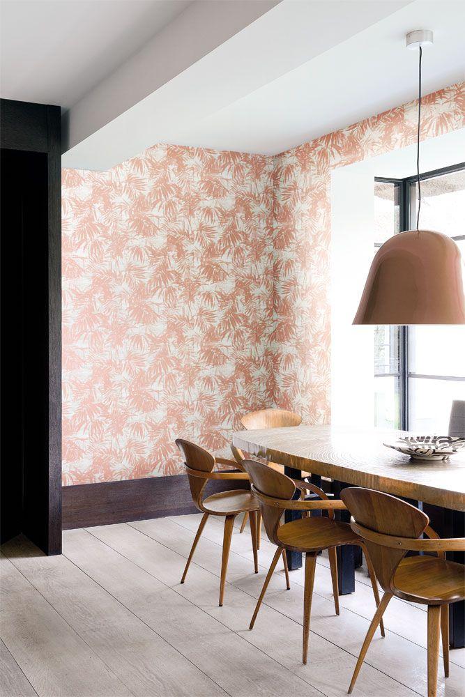 Fint bladmönster i varm kopparton skapar en ombonad matplats från kollektionen Allegro ALL102. Klicka för fler fina tapeter till dit hem!
