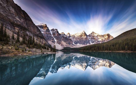 Panorámica del lago Moraine, en el parque nacional de Banff, en Alberta (Canadá).