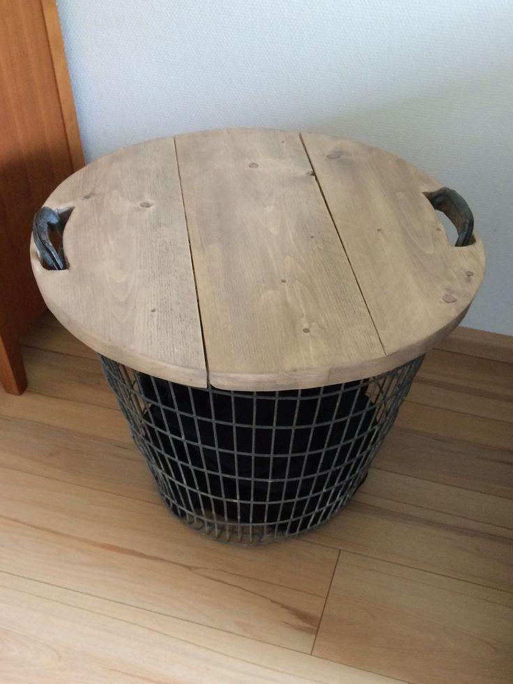 Mooi houten blad voor op een aardappel mand / draadmand. Daardoor is hij te gebruiken als opslag en bijzettafel / salontafel.