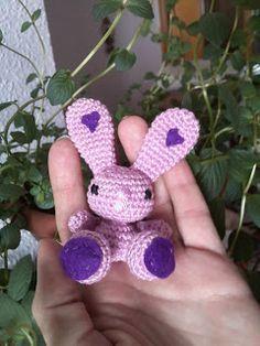 Conejito Amigurumi - Patrón Gratis en Español aquí: http://rinconcitohn.blogspot.com.es/2012/06/mi-patron-de-conejito-amigurumi.html