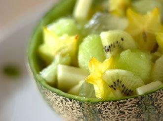 【グリーンフルーツカクテルサラダ】キレイの素がたくさん詰まった、見るだけでフレッシュになるフルーツを使ったカクテルサラダです。メロンは体内の不要な水分を取り除く働きがあるカリウムが豊富なので、むくみ解消にも効きます。