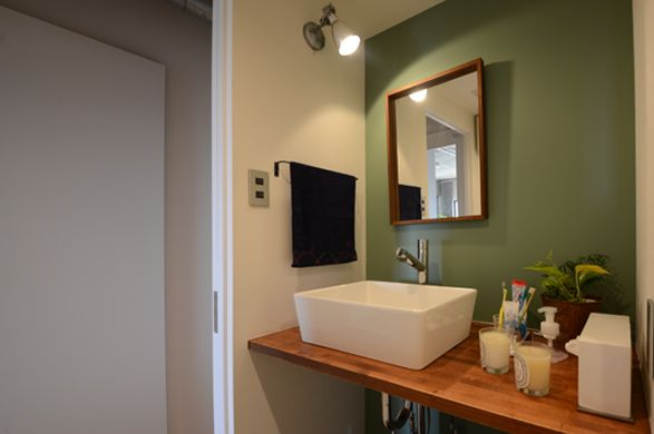 洗面化粧台は、ミラー・水栓・ボウル全てがお施主様セレクトの支給品。背面のクロスはアクセントクロスで落ち着いた空間に。(ルビアシャワートール・プレートプラス/サンワカンパニー)