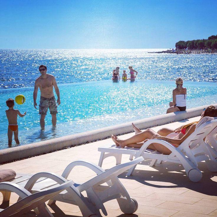 Summerfeeling auf dem #camping #sirena im schönen #istrien in #kroatien  #vacansoleil #premiumcamping #glamping #luxusurlaub #premiumholidays #campingmitkindern #türkisblau #campingplatz #campinggoals #traumurlaub  #campen #sommerurlaub #urlaubsinspiration #willkommenimparadies #urlaubammeer #urlaubinkroatien #campingurlaub #sonnenliege #poolgoals #beleuchtet #poolwithaview #infinitypool #novigrad #pool #traumurlaub