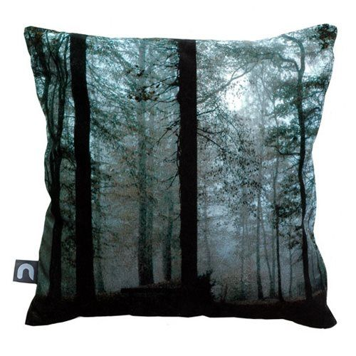 Haal de rust en schoonheid van het bos in huis met dit geweldige Brunklaus Forest Kussen. De hoes is gemaakt van katoen en wordt geleverd met een binnenkussen met een vulling van hoenderveren. Een stijlvolle toevoeging aan de bank of fauteuil!