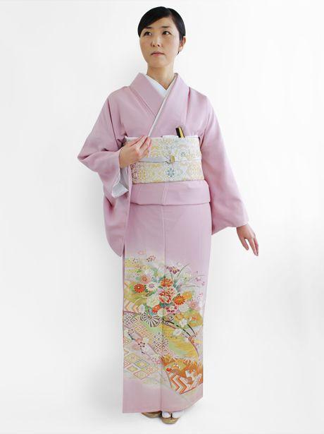 ピンク地に花文様の美しい留袖。結婚式の参考にしたい留袖♡素敵な留袖でウェディング・ブライダルに列席♪