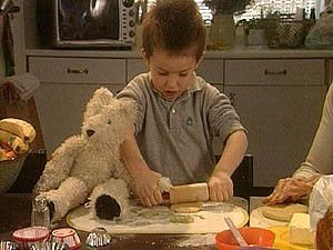 Flip en kinderen bakken koekjes.