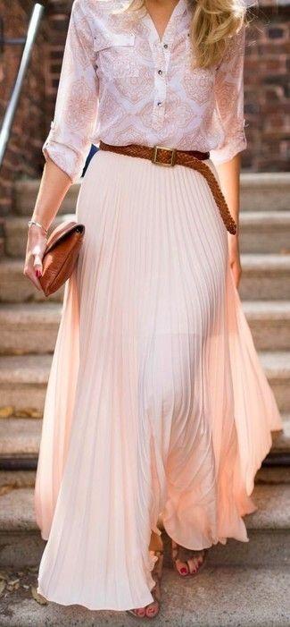 Look de moda: Camiseta Henley Estampada Blanca, Falda Larga Plisada Rosada, Sandalias Romanas de Cuero Marrónes, Cartera Sobre de Cuero en Tabaco