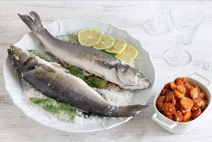 Eviscerate il pesce e lavatelo accuratamente sotto l'acqua corrente, lasciandolo con pelle e squame. Riempitelo con fette di limone, finocchietto e il pepe nero pestato grossolanamente. I