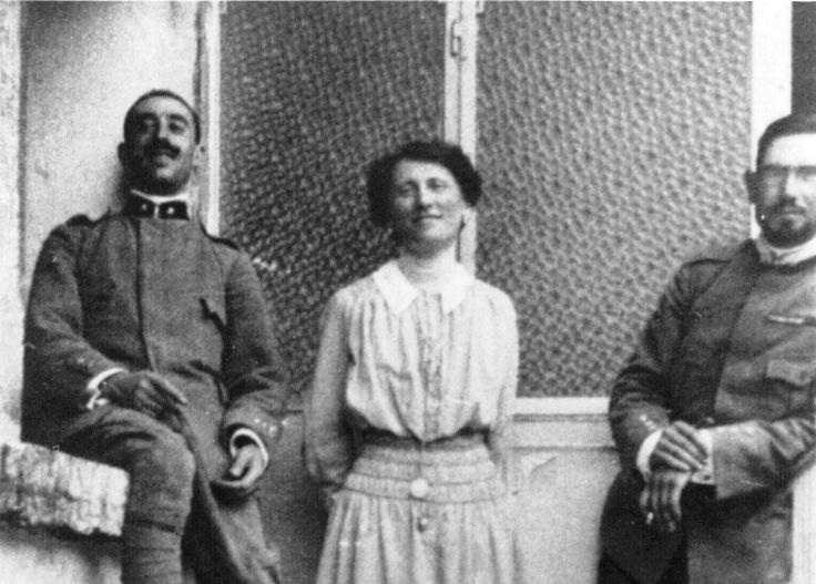 Il Capitano Graziani con Emilio Lussu e la signora Maria Teresa Guerrato in Nardini, nominata Madrina di Guerra era la moglie del titolare della omonima Distilleria sul Ponte di Bassano. Era infermiera volontaria nell'Ospedale Militare di Bassano del Grappa.