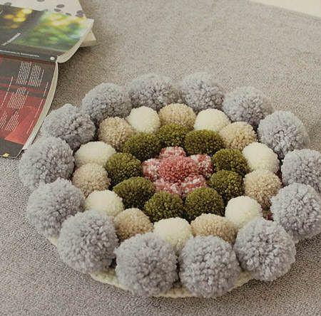 Es tendencia en decoración: cojines de suelo de pompones #tendencias #decoracion