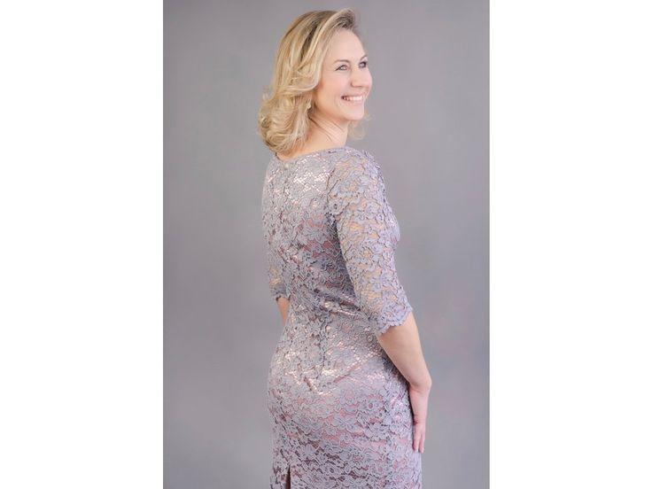 Šedo-růžové krajkové pouzdrové šaty elegantní pouzdrové šaty z šedé krajky podklad pod krajkou je v pudrově růžové barvě kulatý výstřih na předním i zadním díle, 3/4 rukávy pouzdrová sukně ukončená bordurou možná úprava střihu a ušití na míru