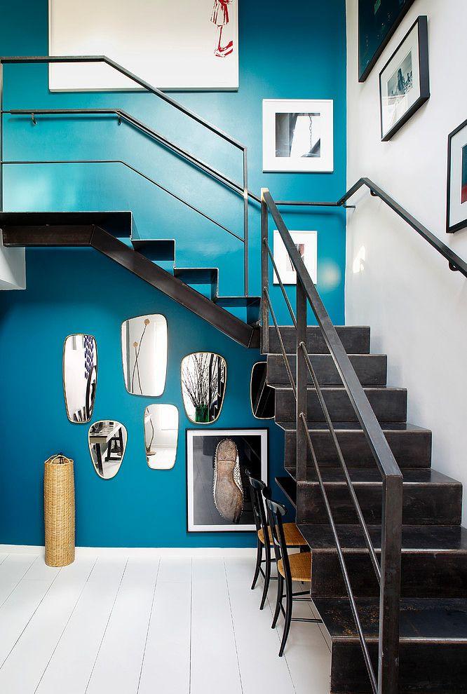 Direction Paris aujourd'hui ! Dans le quartier luxueux de la rue saint Honoré, j'ai déniché pour vous les pics d'un duplex élégant à la déco d'inspiration retro. Si le blanc est omniprésents dans le projet (parquet laqué immaculé) on retrouve également dans chaque pièce une dominante de bleu, soit sur le mur peint de la montée d'escalier, sur les chaises de la salle à manger ou encore sur le couvre lit de la chambre à coucher. On accède à la cuisine par une verrière de type atelier qui…