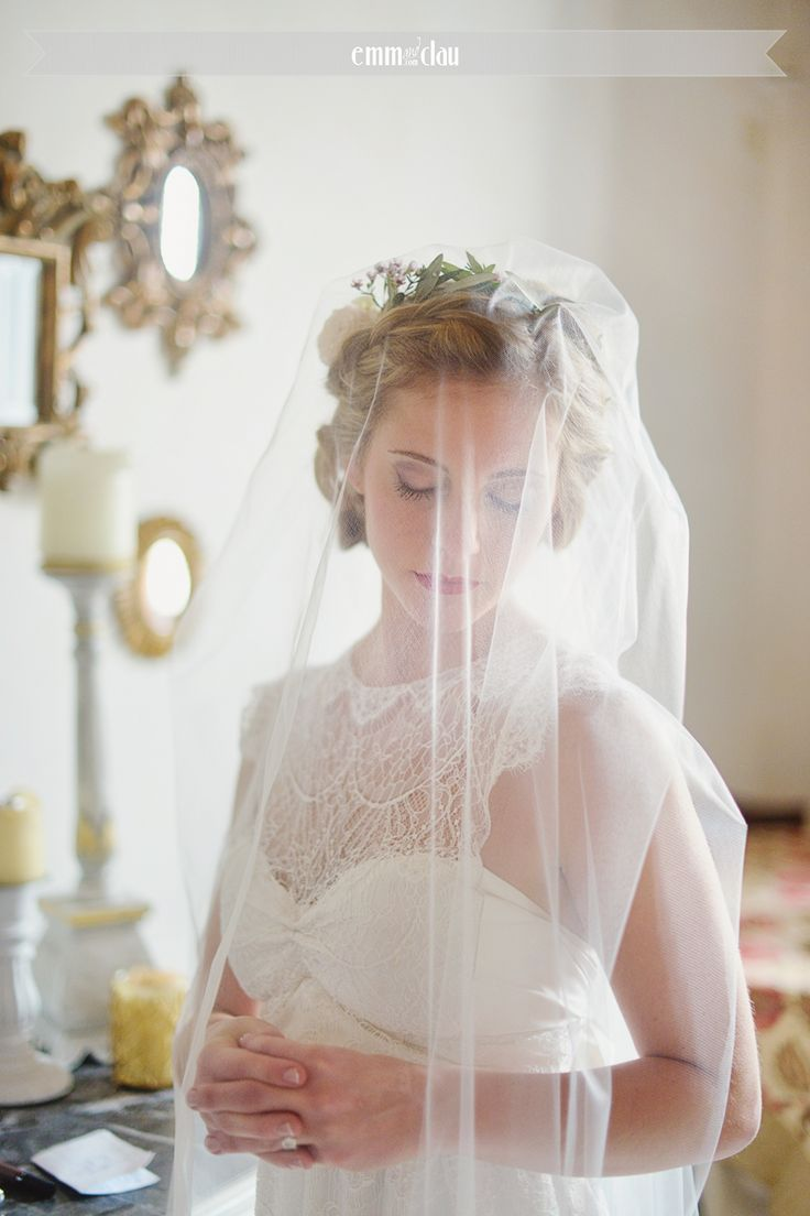 Destination wedding in Italy, Tuscany, Florence Wedding Dress by Anna Campbell Lovely bride in Tuscany Wedding at the Castle (Castello di Vincigliata Firenze)  Romantic wedding in Tuscany Big flower wedding bouquet Lace wedding dress Lovely delicate bride