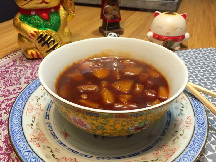 Chinese zoetzure saus   Wessalicious  2 eetlepels witte wijnazijn 2 eetlepels ketjap manis 2 eetlepels ketchup 1 eetlepel zonnebloemolie 1 eetlepel maïzena 1 eetlepel lichte basterdsuiker 1cm gember of 1 theelepel gemberpoeder 250 gram ananas op siroop 1 teentje knoflook 1 theelepel sambal