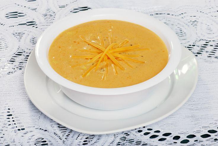 Густой, насыщенный и нежный сырный суп покорил множество гурманов по всему миру. В Испании, Франции, Америке и даже Тибете есть собственные варианты этого блюда, разные и одновременно похожие своей богатой текстурой и необычным вкусом. Неудивительно, что множество хозяек пытается приготовить этот суп в домашних условиях, но, увы, получается это далеко не у каждой. Чтобы сырный суп получался вкусным и правильным, стоит знать несколько простых правил, выполнить которые совсем несложно.