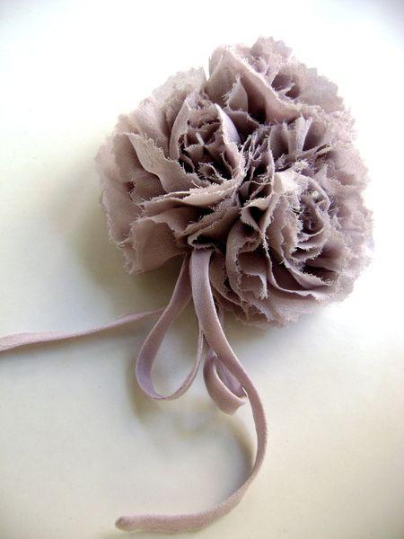 Broche en tissu, 3 fleurs en voile de soie naturelle mauve/rose poudré et très délicat, aspect chiffonné.  les fleurs/oeillets sont entièrement réalis