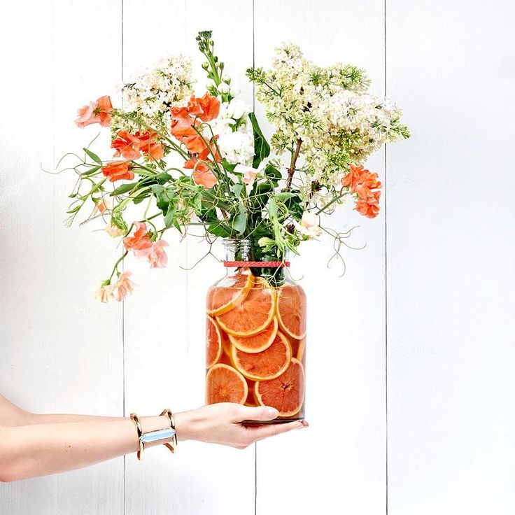 Here's a refreshing idea for your summer décor: put sliced grapefruit in a clear glass vase. Fill with water, add tonal flowers and voilà! You've got a beautiful centrepiece.