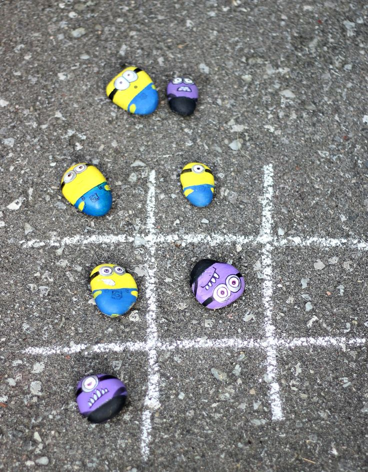 Make Minions rocks to play a game of tic-tac-toe via @craftberrybush!