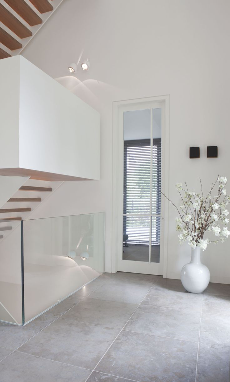 This hallway is part of a villa in Het Gooi (Netherlands), which was designed by Remy Meijers around this wonderful stairwell. Lights: Bolster (white) & Split (black) by Modular Lighting Instruments. #supermodular