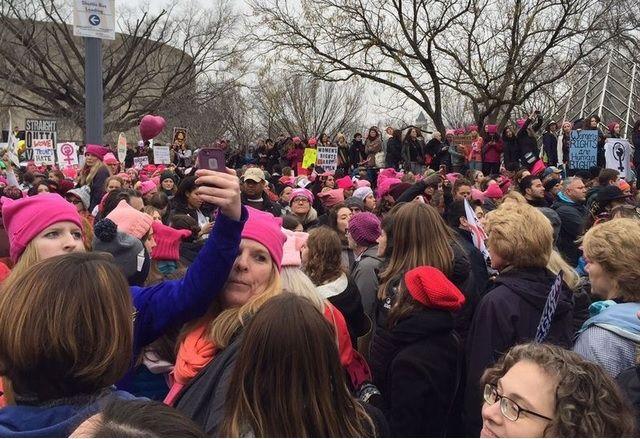 Маршът на жените срина мобилния интернет във Вашингтон Автор: Иван Първанов  Идеята за мащабен протест на нежния пол срещу президентството на Доналд Тръмп може и да започна като пост във Facebook но за участниците в събитието вчера бе практически невъзможно да споделят изживяването си в социалните мрежи. Протестът на жените срещу Доналд Тръмп събрал в събота сутрин в центъра на Вашингтон около 500 000 души при положение че предварително се очакваше да участват около 200 000. Логичният…