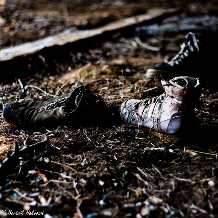 In een verlaten schuur stonden deze schoenen zo mooi in het beperkte licht.