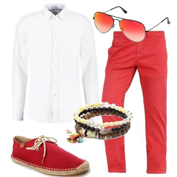 Un bel bracciale in legno, composto da tre fili di perline e una nappina multicolore, è abbinato a camicia in lino bianca, pantaloni a sigaretta, color cedar wood, espadrillas con i lacci, occhiali con lenti rosse.