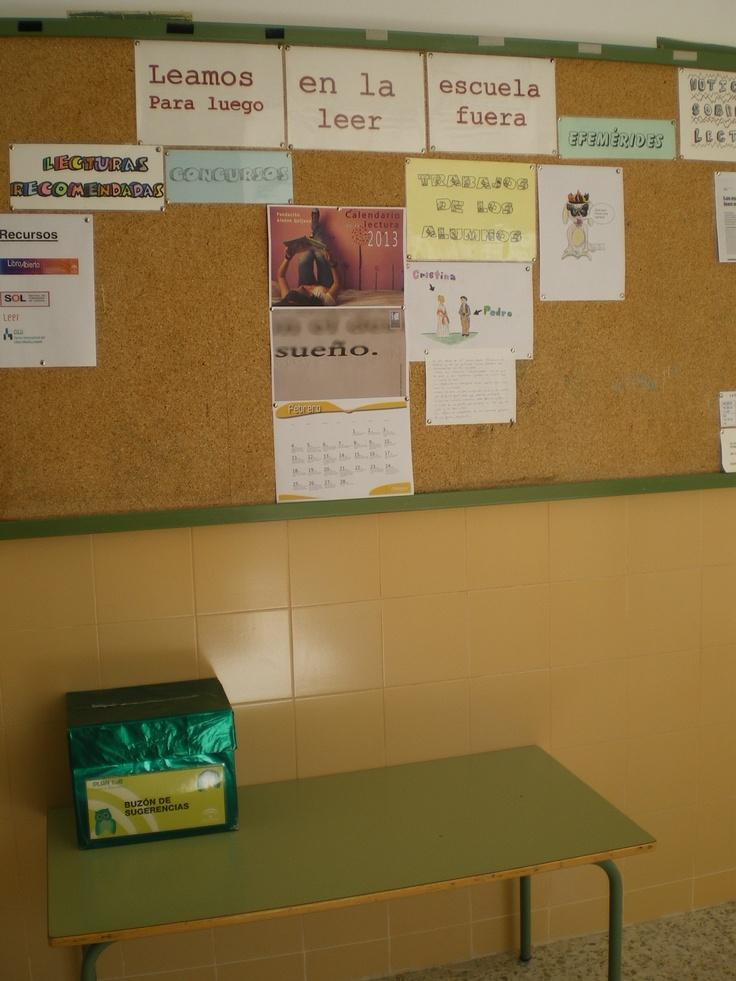 Tablón de anuncios y buzón de sugerencias en la biblioteca del CEIP Andrés Manjón de Algarinejo.