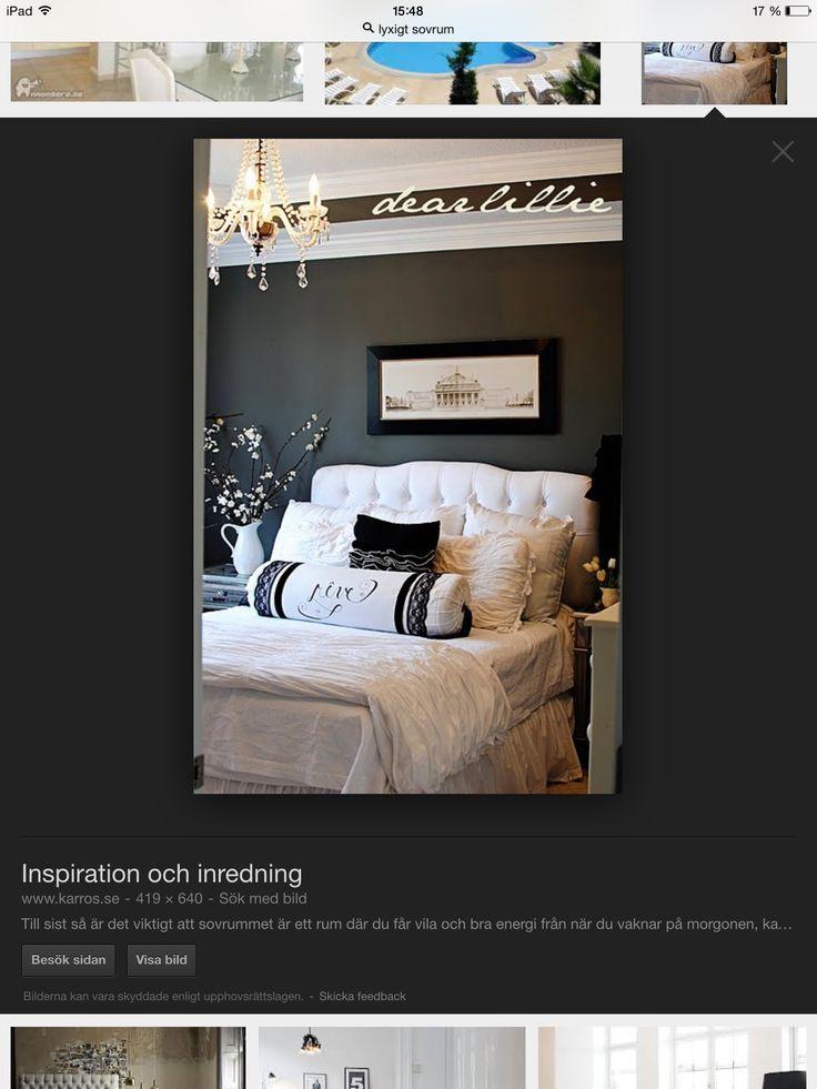 Mörk vägg ljusa möbler
