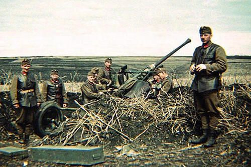 Hungarian anti-aircraft artillery on the Russian front, around the Don river-bend area, most likely part of the Second Army. They appear to be relaxed, the heavy fighting is yet to come, probably in January 1943