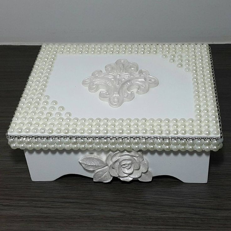 Belíssima caixa com pérolas e apliques em resina para uma fino presente. Tamanho: 20×16×08cm Informa - atelietulip