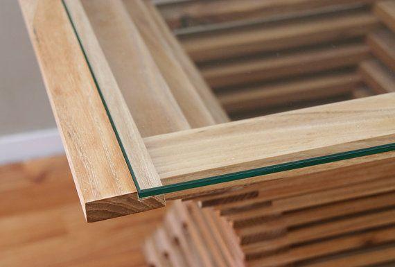 Esta tabla fue creada por jugar con las líneas y proporciones matemáticas. Las esquinas son rectas, pero se crean líneas curvadas por la construcción. Esta construcción es mediante el uso de la mesa de vidrio claramente visible. Material y las dimensiones son personalizables.    Tabla de imágenes:  material: vidrio templado y Olmos  tamaño: B57 D57 H45 cm