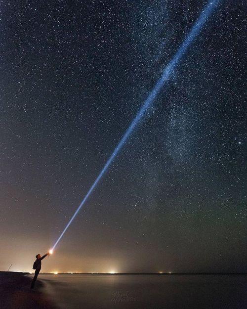 Прорываясь сквозь звёздное небо. Немногие наверное бывали ночью на морском побережье. А ведь ночью там невероятная атмосфера особенно если находишься в 30 км от ближайшего населенного пункта. В тот день было совсем безветренно и сквозь абсолютную тишину слышался только легкий шелест волн. История и снимок @pavelmatveev. Canon EOS 5D Mark II EF 17-40mm f/4L USM Диафрагма: ƒ/4 Выдержка: 30 сек ISO: 3200 #CanonPhoto #CanonRussia #LiveForTheStory via Canon on Instagram - #photographer…