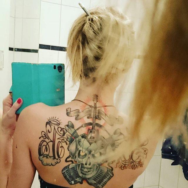23:15!  Twitch.TV/deadlykissed 🎉 #stream #leagueoflegends #gamergirl #zockerweibchen #Bleistift #Haare #hair #styling #tattoo #inked #inkedgirl #tattooedgirls #inkedgirlsofinstagram #pod #Nuremberg #Nürnberg #Theater #dernacktewahnsinn #tollwars #blonde #Frisur #howto #skull #colored #sk