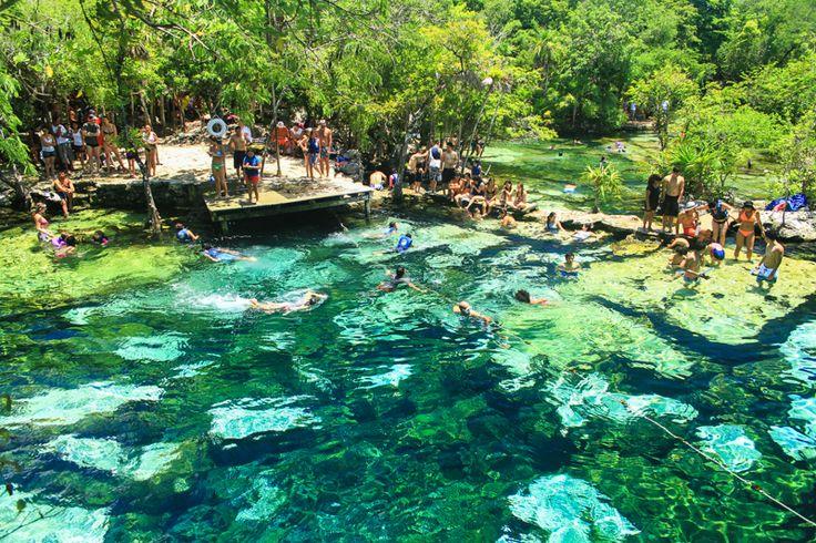Seguimos explorando rincones de la Riviera Maya, y ejemplos de los lugares increíbles que hay por ver en ésta región de México. Si primero desplegamos en imágenes un ejemplo de un cenote (Yal-ku) contectado al Mar Caribe que parece un acuario gigante por la cantidad de peces de colores (situado en Akumal), en éste caso, …