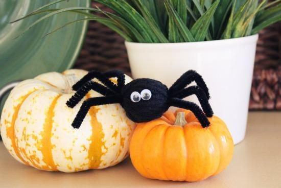 DIY Halloween : DIY Pipe Cleaner Yarn Spiders