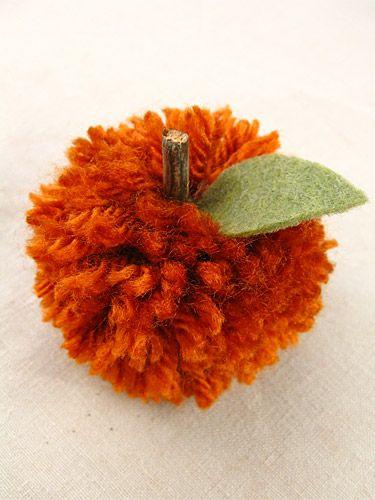 DIY Pom Pom Pumpkins with easy to follow tutorial on pom poms. #diy #crafts #autumn #halloween #orange #pom_poms #pumpkins #yarn #felt