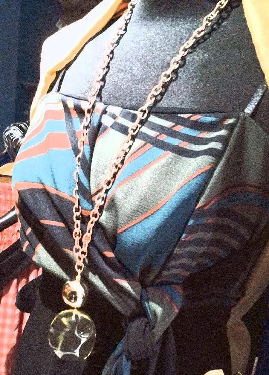 """collana con ciondolo in resina linea made in To coprispalle  abito """"vintage"""""""