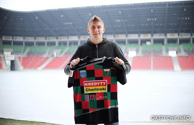 Daniel Mikołajewski z GKS Tychy pozuje do zdjęcia z koszulką klubową #football #gkstychy
