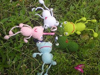 Wish I could crochet.... These are hand made keychain frogs. Too Cute and the pattern is free!