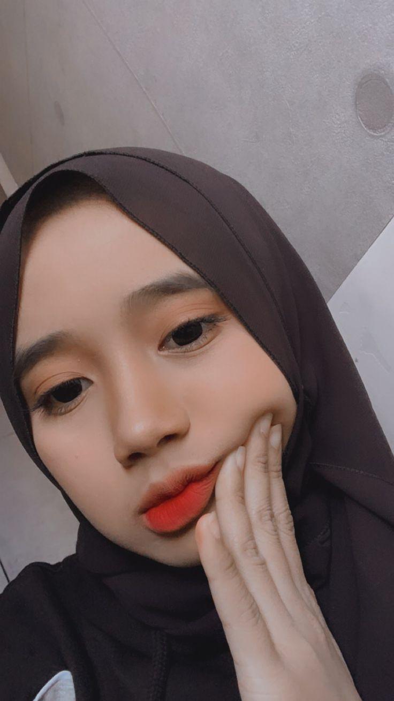 Pin oleh keey di Selfie (Dengan gambar) | Gaya hijab ...