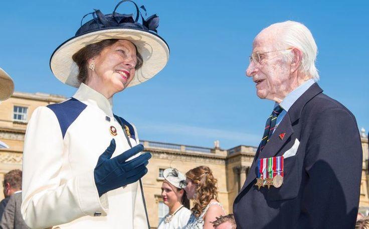 Maak kennis met stoere Windsor prinses Anne. Ze haat tiara's en draagt jassen uit 1980 >>