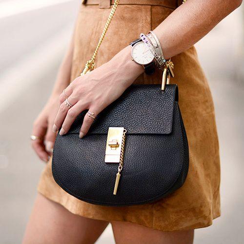 Jupe en daim camel + petit sac en cuir texturé noir = le bon mix (sac Drew Chloé - blog Fashionvibe)