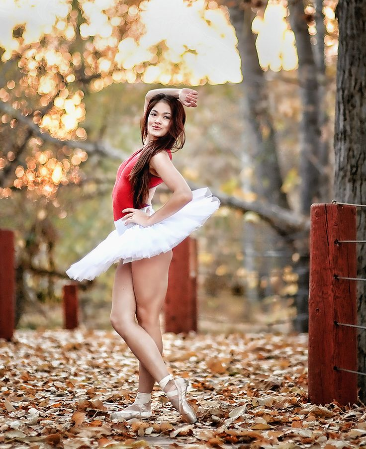Sassy Ballerina - Ballerina posing in a fall setting. *Ballet_beautie, sur les pointes !*