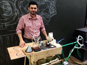 Desde su bicicleta, barista busca impulsar venta de café :: El Informador