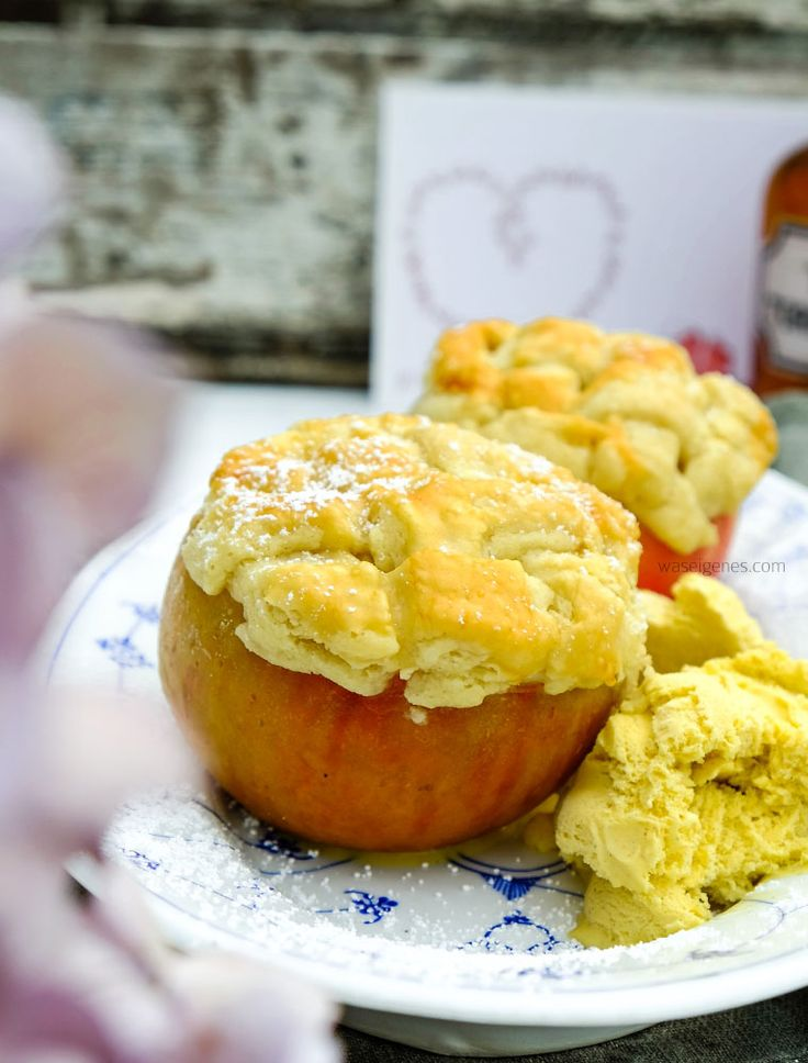 Saftig knuspriges Herbstdessert: Apple Pie Bratapfel oder Bratapfel mit Appel Pie Kruste. Mit gerösteten Mandeln, Honig & Zimt. Rezept & Anleitung