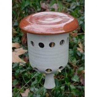 lieveheersbeestjes lokken naar de tuin met prachtig lieveheersbeestjeshuis 19,95 €  Lieveheersbeestjes zijn echte bladluizeneters. Zij kunnen wel 100 bladluizen per dag opeten. Een goede reden om het de lieveheersbeestjes in de tuin naar hun zin te maken. Om deze mooie, nuttige insecten naar onze tuin te lokken kun je gebruik maken van deze zeer decoratieve, veilige en droge nestkast. De lieveheersbeestjes zullen dit huis gebruiken voor overwintering en als schuilplaats. Het huisje is zo…