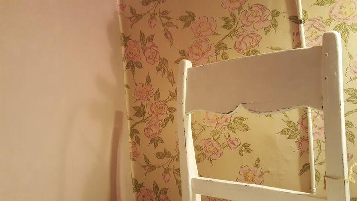 Bedroom wallpaper, old Finnish classic; Midsummer Roses, Ritva Kronlund, Ritola & Pihlgren