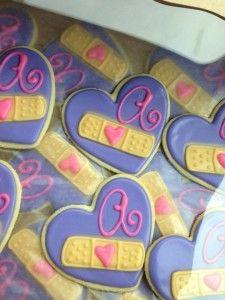 Ideas para fiesta doctora juguetes www.ComoOrganizarLaCasa.com mesa de postres fiesta doctora juguetes Pastes de cumpleaños de Doctora juguetes #piñata #DoctoraJuguetes