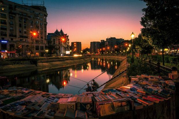 "Continuam astazi seria ""Bucuresti- Subiectiv prin Obiectiv"" cu o sursa fotografica excelenta pentru artistii Capitalei: Piata Unirii, prezentata de 13 fotografi."